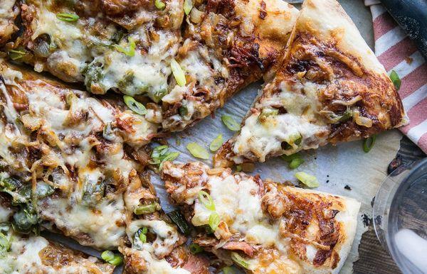 Pizza de cerdo desmenuzada a la barbacoa