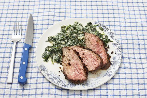 Peppercorn Crusted Steak s krémovým špenátom