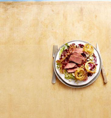 चिपोटल ड्रेसिंग के साथ स्टेक और बेकन सलाद