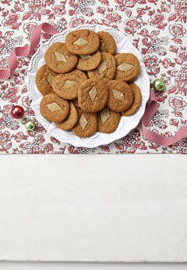 जिंजरब्रेड स्लाइस-एंड-बेक कुकीज़