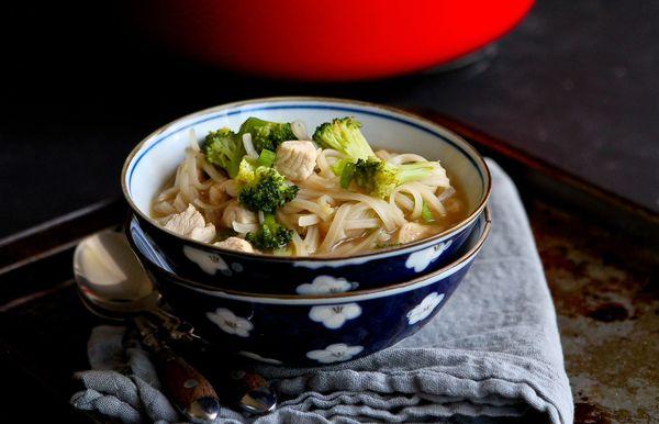 चिकन और सब्जी चावल नूडल सूप