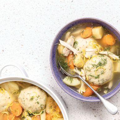 La sopa de bola de matzá con pollo asado de Jake Cohen es perfecta para la Pascua