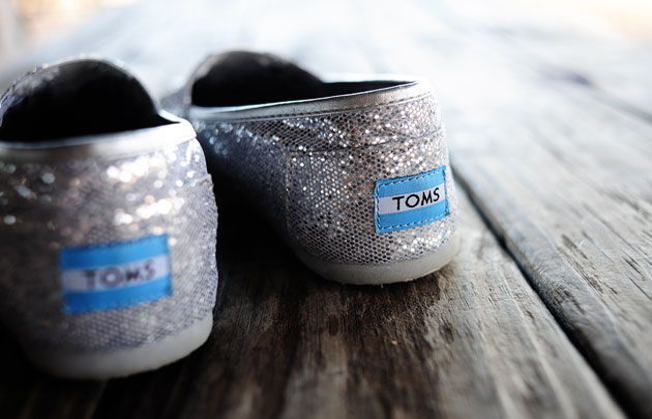 Ideja za blagdanski poklon: TOMS blistave cipele