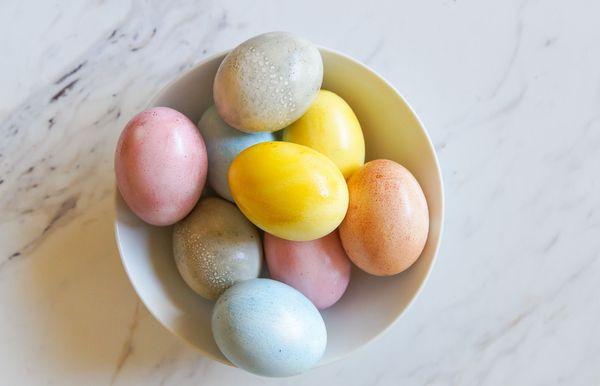 כיצד לצבוע באופן טבעי ביצי פסחא