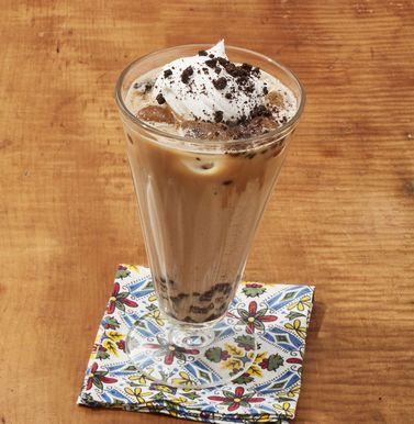 Latte helado con galletas y crema