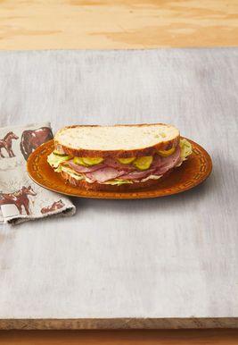 Sándwiches de Jamón con Encurtidos Rápidos