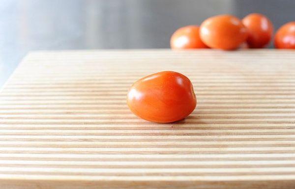Cómo cortar un tomate Roma en dados (con mi cuchillo favorito)