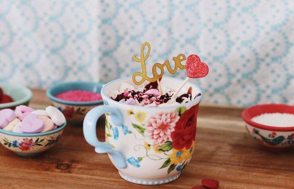 Un pastel de taza de terciopelo rojo decorado es el regalo más lindo del día de San Valentín