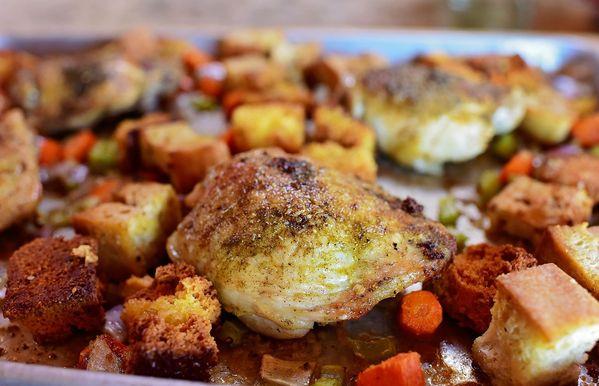 치킨과 드레싱 시트 팬 저녁 식사