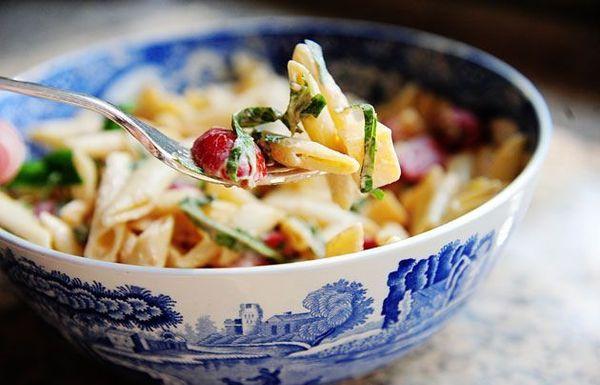 Ensalada de pasta picante con gouda ahumado, tomates y albahaca