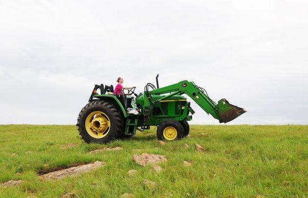 Djevojka traktor