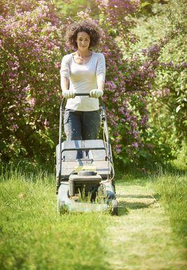 Cómo matar las malas hierbas en su jardín y césped sin productos químicos